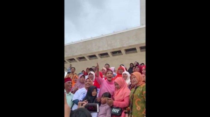 Tampak Menteri Kelautan dan Perikanan Republik Indonesia, Susi Pudjiastuti berkunjung ke Monas, Jakarta Pusat bersama ibu-ibu nelayan Muara Gembong, Rabu (13/2/2019).