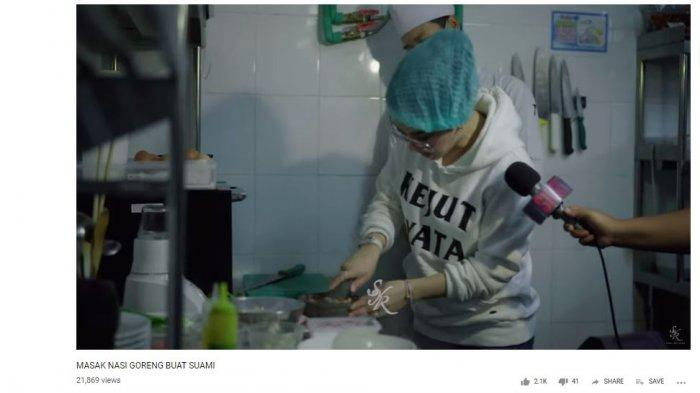 Syahrini saat masakkan nasi goreng untuk Reino Barack, tayang di vlog Syahrini Rabu (22/5/2019).
