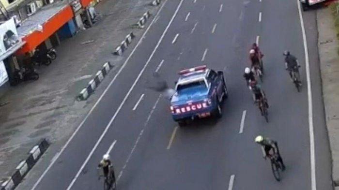 Viral mobil Rescue Kementerian Sosial berplat merah menabrak lari seorang sepeda di Jl Nusantara, Makassar.