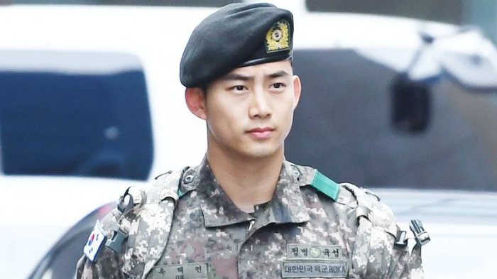 Beredar Video Candid Taecyeon Kenakan Seragam Militer, Fans Ikut Deg-degan Lihatnya