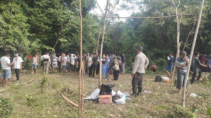 Tampak tim forensik Polda Sumsel dan Polres Muaraenim bersama masyarakat melakukan evakuasi korban pembunuhan terhadap Parsidi, Sabtu (29/5/2021) di Desa Menanti, Kecamatan Lubai, Kabupaten Muaraenim yang dilakukan oleh tersangka Sukasman dan Sutarjo, serta Suwandi yang kini DPO.