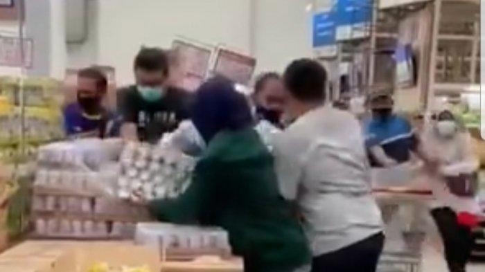 Tangkapan layar soal video berdurasi 28 detik di sosial media mendadak viral karena menayangkan warga yang berebut membeli susu kaleng, Sabtu (3/7/2021).