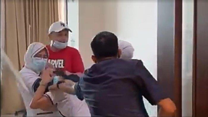 Tangkapan layar seorang perawat di RS Siloam Sriwijaya Palembang dianiaya keluarga pasien, Kamis (15/4/2021).
