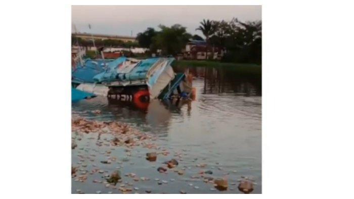 Viral Video Warga Jarah Muatan Sembako yang Hanyut akibat Kapal Karam, Kerugian Capai Rp 4 Miliar