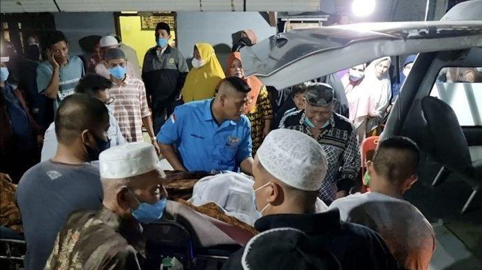 Jenazah Tatang Suhendar (70) seorang penggali kubur yang dibunuh oleh ponakannya sendiri dan mayatnya dibuang ke sumur di lingkungan 11 Kelurahan Tanah 600, Kecamatan Medan Marelan.