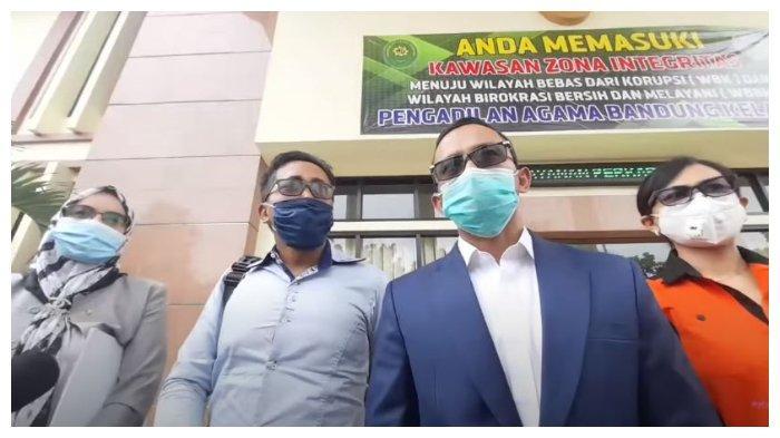Teddy Pardiyana bersama kuasa hukumnya menjawab sejumlah harta yang sebelumnya dipertanyakan oleh Rizky Febian, Selasa (5/1/2021).