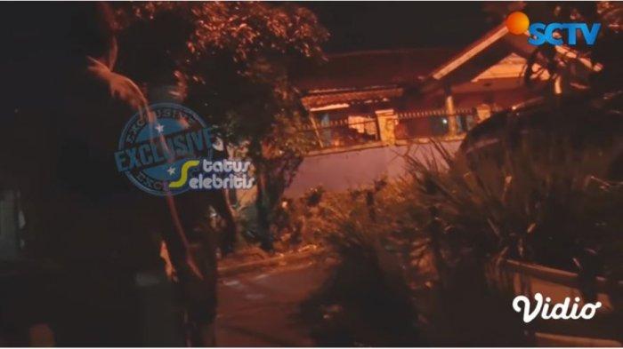 Teddy Pardiyana kabur dan mengusir awak media saat disambangi ke rumahnya di wilayah Bandung, Jawa Barat, Senin (14/12/2020)