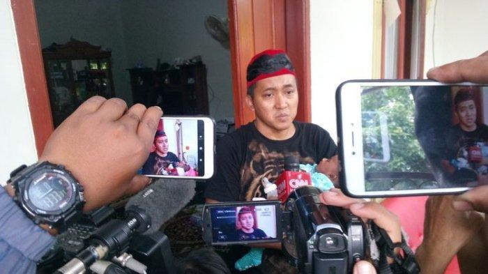 Teddy Pardiyana  memperlihatkan CCTV di rumahnya saat sesi wawancara dengan awak media, Rabu (8/1/2020).