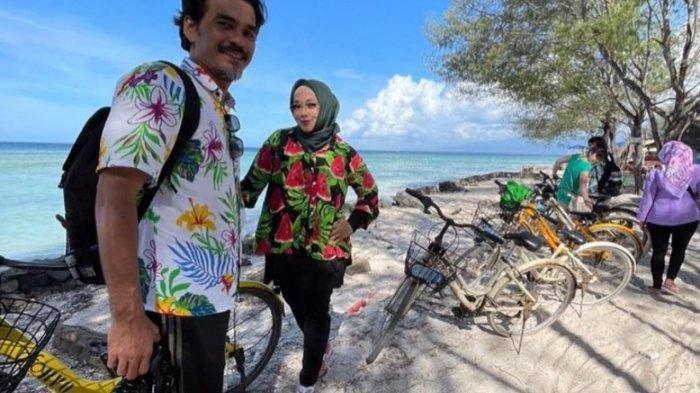 Teddy Syach dan Rina Gunawan saat berlibur bersama