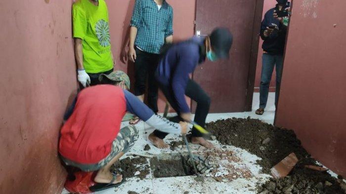 Situasi penggalian ubin rumah kontrakan di Gang Kopral Daman, Jalan Raya Muchtar, Sawangan Baru, Depok, Jawa Barat pada Rabu (18/11/2020), tempat ditemukannya rangka manusia yang dikubur.