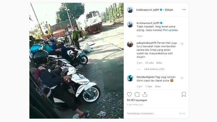 Sebuah video pengendara sepeda motor menerobos jalur kereta api viral di sosial media Instagram, Kamis (13/6/2019).