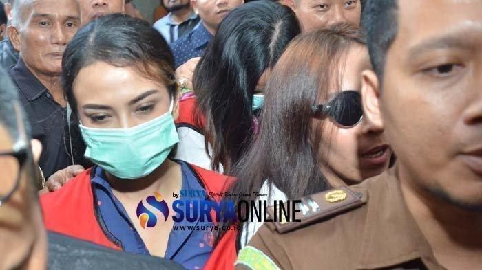 Tersangka kasus penyebaran foto dan video Vanessa Angel hadir menemani dua mucikari Endang Suhartini alias Siska dan Tentri Novanta dalam sidang lanjutan dengan agenda mendengarkan keterangan saksi di PN Surabaya, Senin (1/4/2019).