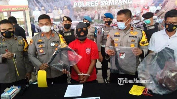 Tersangka pelaku pembunuhan tokoh masyarakat saat berada di Mapolres Sampang, Madura, Selasa (20/4/2021).