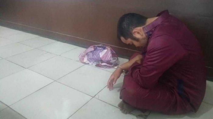 Tersangka WH (28) guru mengaji yang mencabuli muridnya sendiri saat berada di Polrestabes Palembang, Selasa (13/10/2020).