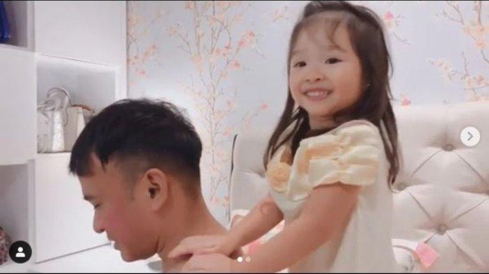 Thalia Putri Onsu memijit ayahnya yang sedang masuk angin