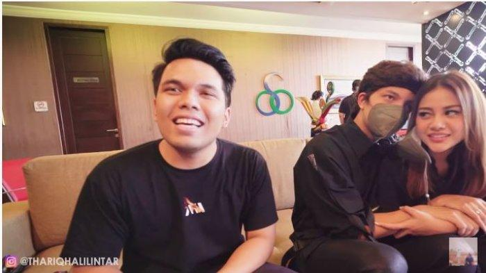 Thariq Halilintar saat mengantar Atta Halilintar dan Aurel Hermansyah yang akan berangkat bulan madu ke Bali, Sabtu (10/4/2021).
