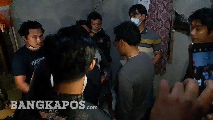 Tim gabungan buser Polres Bangka, Intel Polres Bangka dan Polsek Mendobarat mendatangi salah satu rekan korban yang ditemukan tewas di Jalan Raya Kota Kapur Kecamatan Mendobarat Kabupaten Bangka Kamis (22/4/2021).