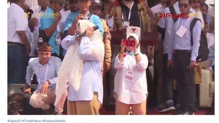 Mantan istri Calon Presiden Prabowo Subianto, Siti Hediati Hariyadi alias Titiek Soeharto menutup telinganya saat diteriaki massa pendukung Prabowo-Sandi dalam kampanye akbar di Solo untuk rujuk kembali pada sang mantan suami, Rabu (10/4/2019).