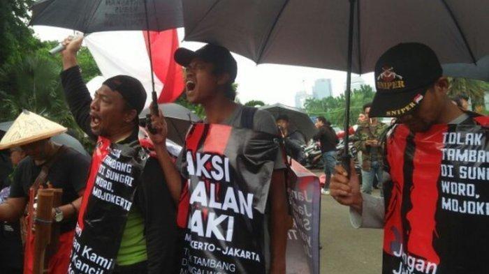 Tuntut Keadilan, 3 Pria Mojokerto Beraksi di Depan Istana Merdeka: Harus sampai Bertemu Jokowi