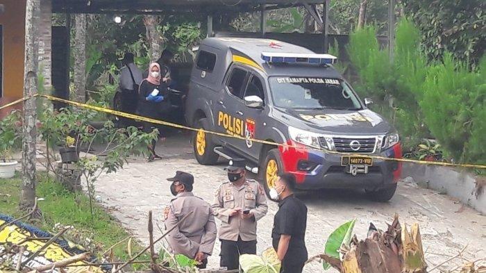 Polisi berada di lokasi kejadian pembunuhan Tuti dan Amalia di Kampung Ciseuti, Desa/Kecamatan Jalan Cagak, Kabupaten Subang, Jawa Barat, Senin (30/8/2021).