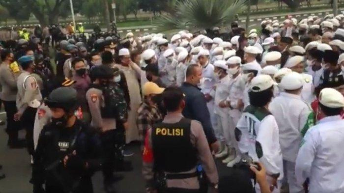 Cuitan akun Twitter@DPPFPI_ID, menampilkan video massa yang siap menyambut kedatangan Habib Rizieq Shihab di Bandara Soekarno Hatta (CGK), Tangerang, Banten.