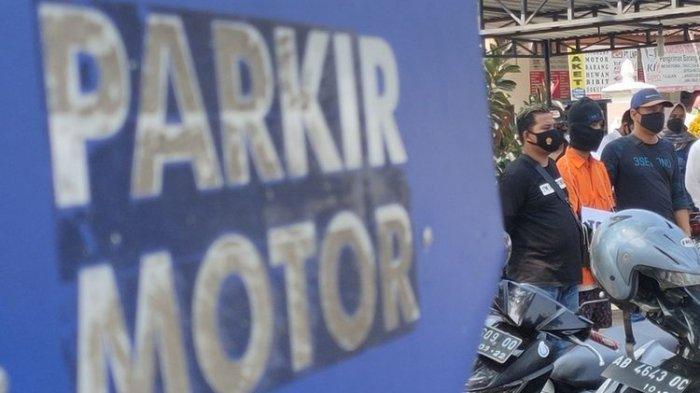 Rekonstruksi pembunuhan berantai berlangsung di stasiun KA Wates, Kulon Progo, DI Yogyakarta. Pelaku bernama NAF (22) asal Bujidan, Tawangsari, Kapanewon Pengasih. Ia menitipkan motor curian itu di parkiran stasiun.