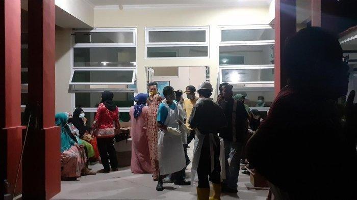 Ratusan keluarga Bobi Kr Raja mendatangi RSUD Latopas Kabupaten Jeneponto, Sulawesi Selatan, Kamis (26112020).