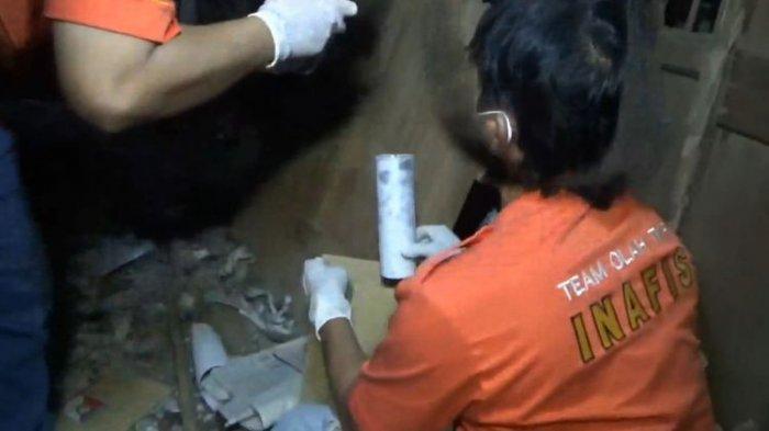 Unit Identifikasi Satreskrim Polres Tulungagung Jawa Timur, melakukan olah tempat kejadian perkara di lokasi ledakan mercon yang menewaskan Dua warga.