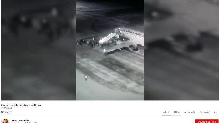 Detik-detik Belasan Penumpang Jatuh ke Landasan saat Tangga Pewasat Ural Airlines Ambruk
