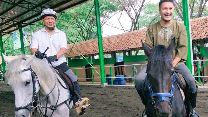 Unggah Foto Berkuda Bareng Ustaz Arifin Ilham, Arie Untung: Ajak Aku Berkuda Lagi Nanti di Jannah