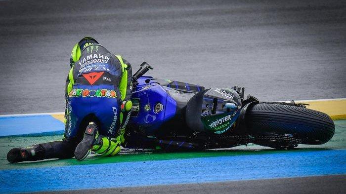 Pembalap Monster Energy Yamaha, Valentino Rossi, terjatuh pada balapan MotoGP Prancis di Sirkuit Le Mans, Minggu (11/10/2020).