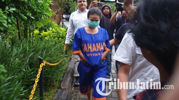 Vanessa Angel didampingi penyidik usai menjalani pemeriksaan lanjutan di Polda Jatim.