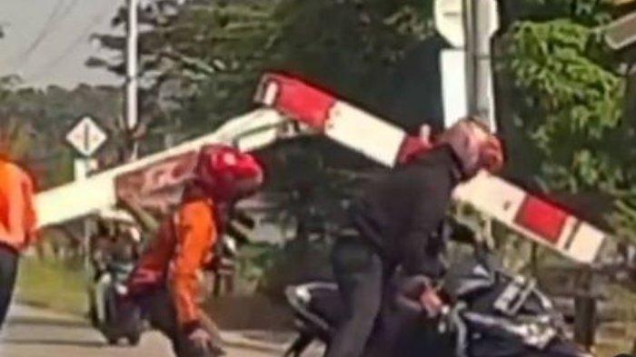 Viral Video Pengendara Motor Tabrak Palang KA hingga Patah Jadi Dua, Diduga Melamun hingga Tak Sahur