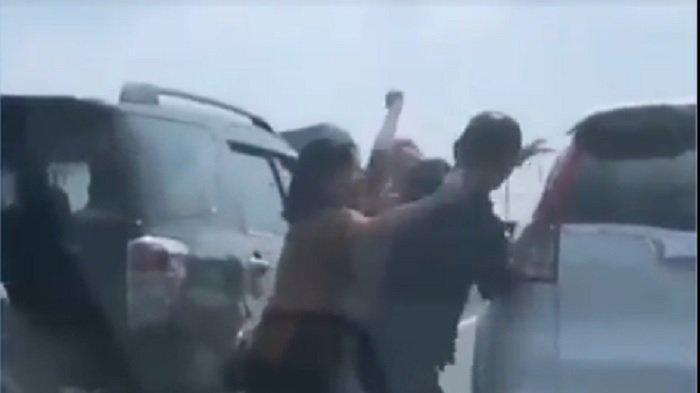 Viral Dua Orang Wanita Serang Seorang Lelaki di Tengah Jalan Tol dan Jadi Tontonan Pengendara Lain