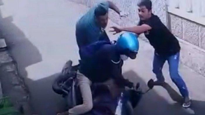Pengemudi Ojol Ditendang Mukanya oleh Pengendara Fortuner, Sengaja Dicegat Mobil Diparkir Depan Gang
