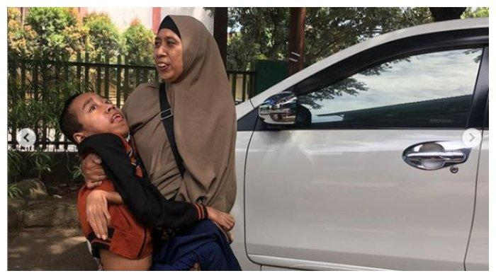 Viral di IG Kisah Ibu Gendong Antar Jemput Anak Setiap Hari, Ditolak Ojol hingga Jatuh Berkali-kali
