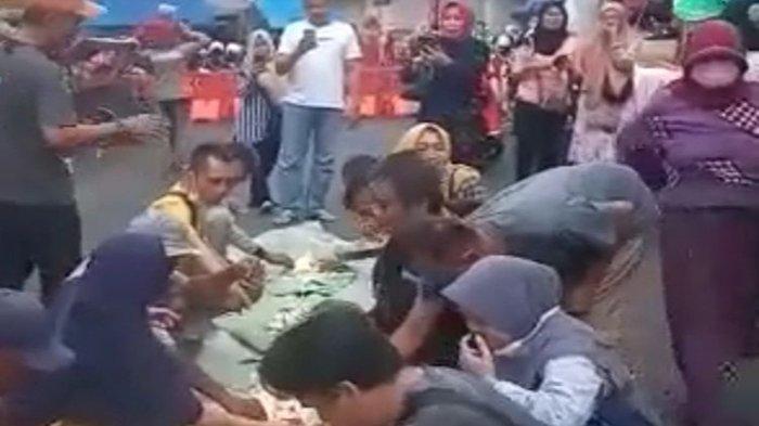 Mengira PPKM Berakhir, Pedagang di Tasikmalaya Makan Nasi Liwet Bersama di Jalan, Videonya Viral