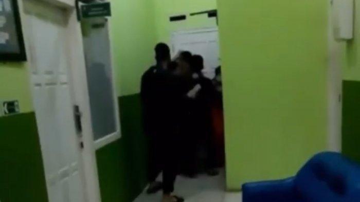 Sebuah video berdurasi tiga detik yang merekam insiden pengeroyokan terhadap seorang perawat di Bandar Lampung, viral sejumlah akun sosial media dan aplikasi perpesanan WhatsApp, Minggu (4/7/2021) pagi.
