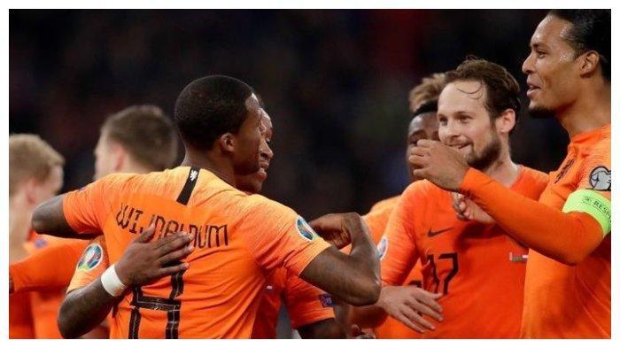 Virgil van Dijk (kanan) merayakan kemenangan timnas Belanda atas Belarusia pada Minggu (13/10/2019).