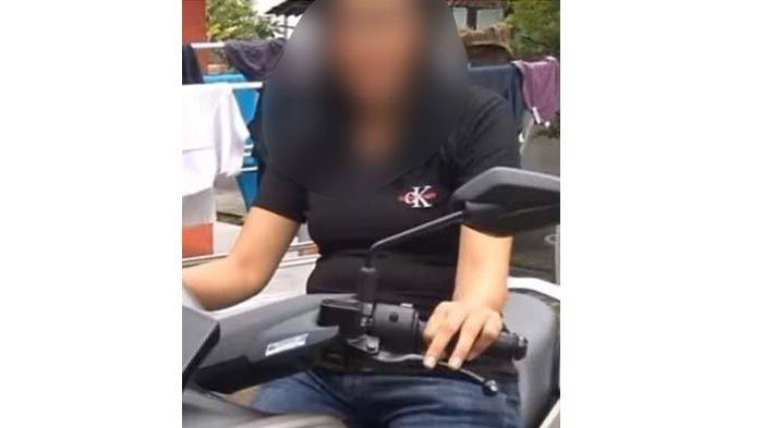 Istri muda Yosef naik motor Nmax jadi sorotan.