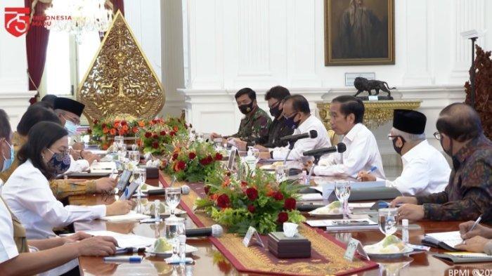 Presiden Joko Widodo (Jokowi) memberikan arahan dalam Ratas Percepatan Penanganan Pandemi Covid-19 di Istana Merdeka, Senin (13/7/2020).
