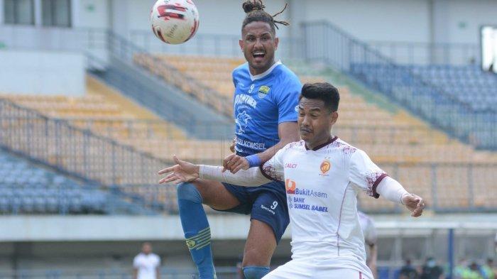 Wander Luiz saat berduel dengan pemain Sriwijaya FC dalam latihan bersama di Stadion Gelora Bandung Lautan Api (GBLA), Kota Bandung, Jawa Barat pada Rabu (23/6/2021).