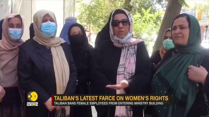 Wanita Afghanistan yang dihalangi masuk ke kantornya di kementerian oleh Taliban pada Sabtu (18/9/2021).