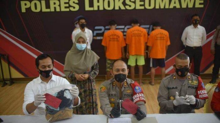 Kapolres Lhokseumawe, AKBP Eko Hartanto, didampingi Wakapolres Kompol Raja Gunawan, serta Kasat Reskrim AKP Yoga Panji Prasetya saat menggelar konferensi pers kasus tiga pria perkosa satu wanita di Lhokseumawe, Senin (30/8/2021).