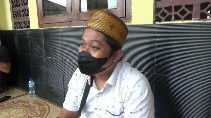 Yoris (34) anak sekaligus kakak dari korban pembunuhan di Subang saat ditanya wartawan di Polsek Jalan Cagak Polres Subang, Jumat (20/8/2021).