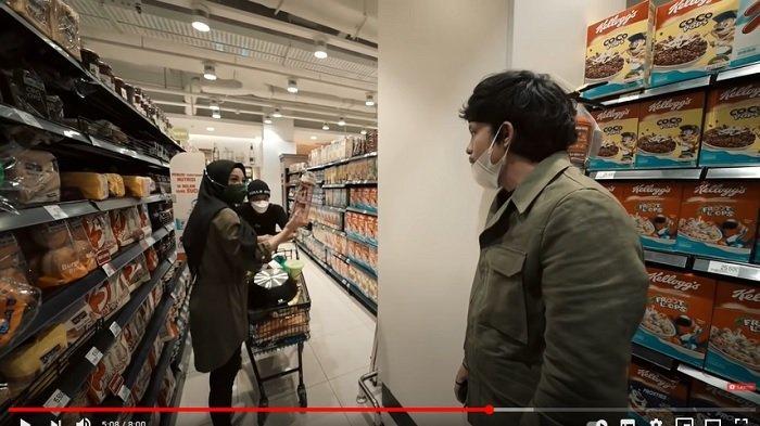 YouTuber Atta Halilintar menemani sang istri, Aurel Hermansyah pergi belanja di mall.