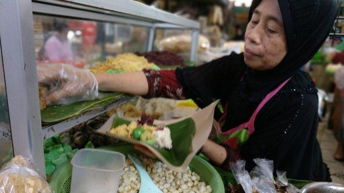 Yu Sum sedang melayani pembeli di kios miliknya, di Pasar Gede Hardjonagoro, Solo, Jawa Tengah.