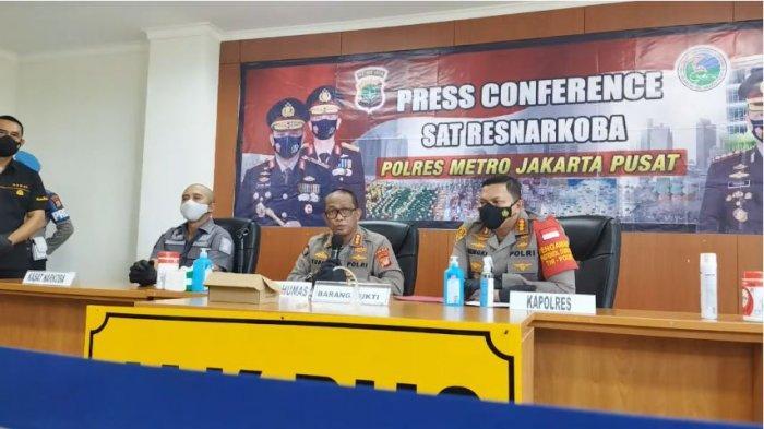 Kabid Humas Polda Metro Jaya, Kombes Pol Yusri Yunus dalam konferensi pers terkait penangkapan artis NR dan AB, Kamis (8/7/2021).