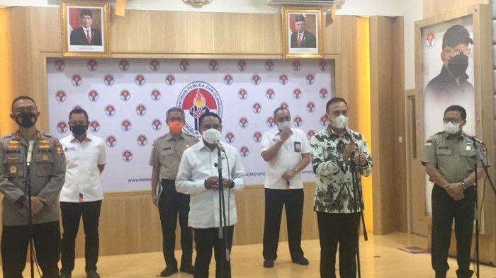 Menteri Pemuda dan Olahraga (Menpora), Zainudin Amali bersama Asisten Operasi (Asops), Irjen Pol. Imam Sugianto, Ketua Umum PSSI, Mohamad Iriawan, dan Deputi 2 BNBP, Harmensyah setelah menggelar rapat koordinasi membahas Liga 1 dan Liga 2 di Kantor Kemenpora, Jakarta Pusat, Senin (24/5/2021).