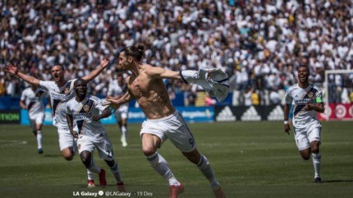 Zlatan Ibrahimovic merayakan gol dengan bertelanjang dada saat membela LA Galaxy